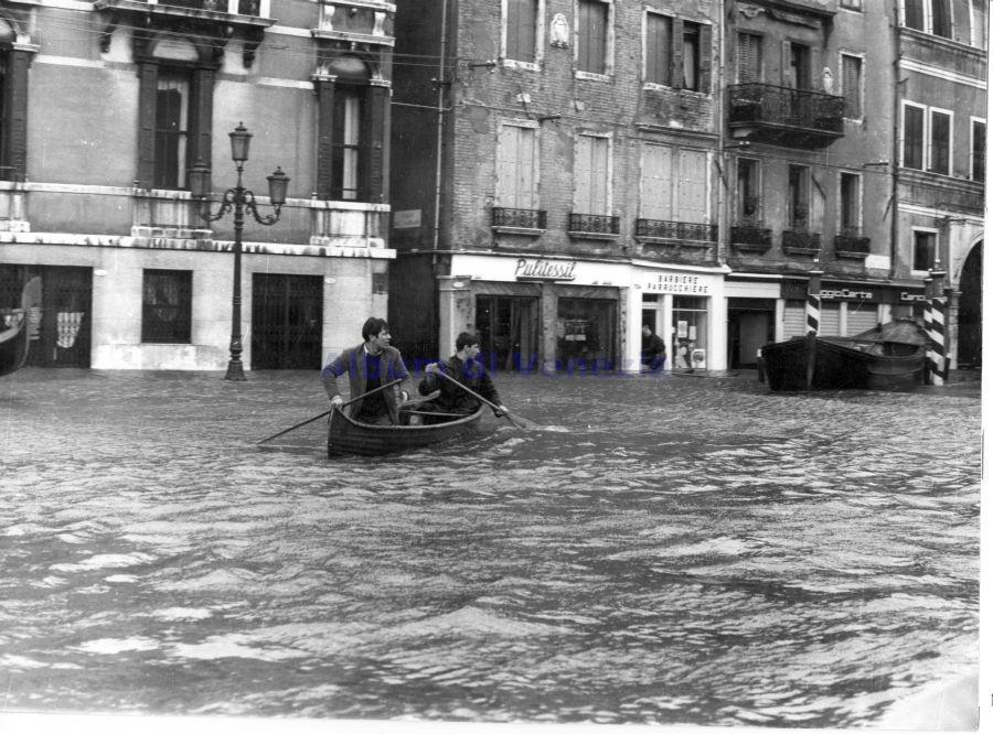 "Fig. 3 una canoa ""americana"" durante l'""aqua granda"" del 4 novembre 1966. (Foto di L. Della Fiorentina) novembre 1"