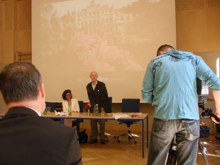 Gert Hoffmann incontra i ragazzi di una scuola superiore di Vienna dopo la visione del diapofilm prodotto da Terra Antica in lingua tedesca presente la TV austriaca