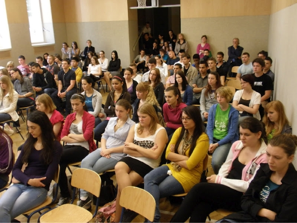 Gert Hoffmann incontra i ragazzi di una scuola superiore International Business College Hetzendorf (Vienna) dopo la visione del diapofilm prodotto da Terra Antica in lingua tedesca presente la TV austriaca