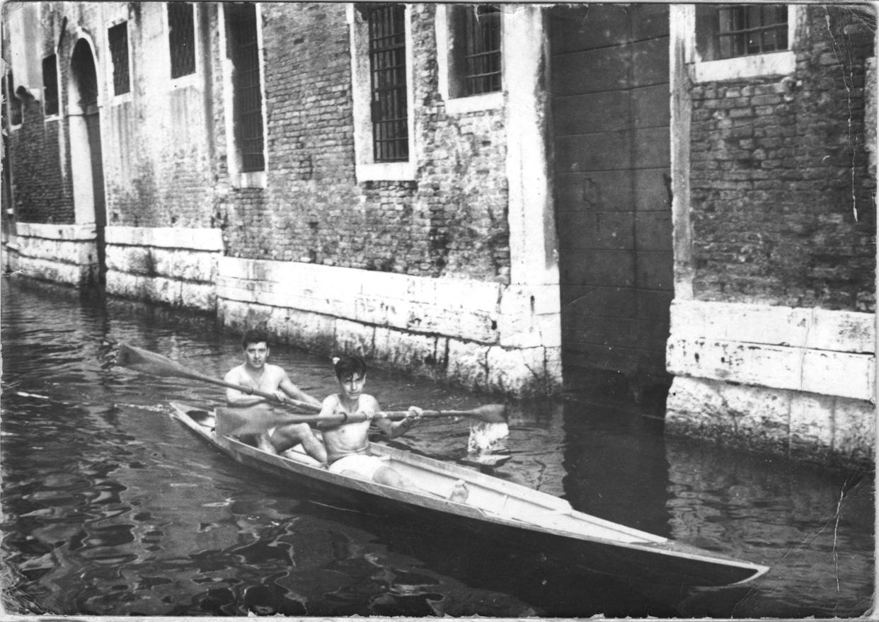 Fig. 4 - Gianni e Mirko Bezzi con la loro canoa negli anni '50