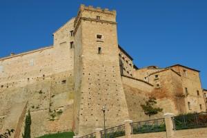 Scorcio della rocca Brunforte che domina il paese di Loro Piceno