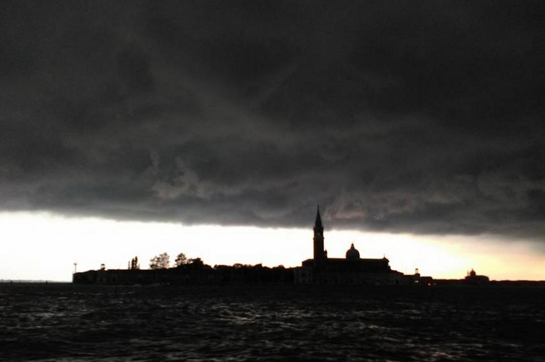L'inconbente ed imprevisto grave temporale che si è ptersentato in laguna il 17 agosto. (foto di Elisabetta Guerra)