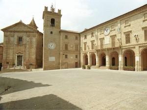 Piazza di Morrovalle con lachiesa di Sant'Agostino, la torre civica, il palazzo municipale