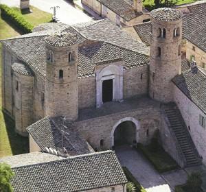 San Claudio al Chienti: la facciata con le due torri cilindriche di tipo 'ravennate'