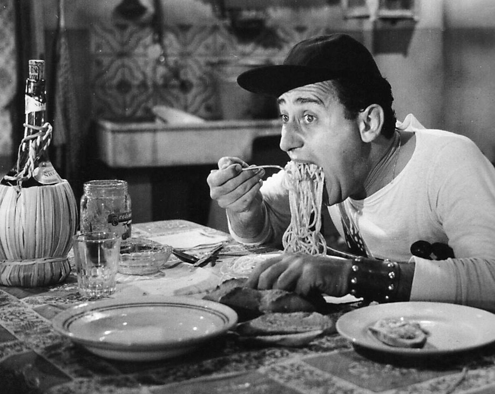 """Alberto sordi, un altro grande interprete del mito italiano della pasta nel famoso film """"Un americano a Roma"""""""