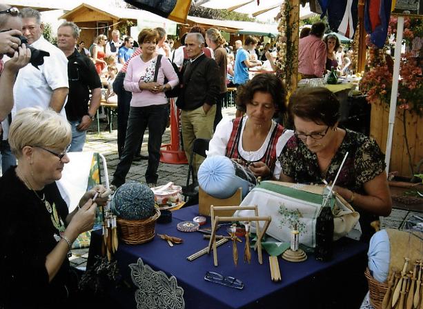 """Le nostre merlettaie al """"tombolo"""" dimostrano la loro abilità alle signore austriache a St. Nikolai durante la festa paesana (Dorffest) 2010."""