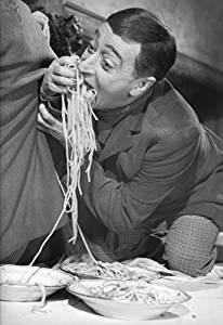 """Antonio De Curtis in arte """"Totò"""" alle prese con la pasta nel celeberrimo film """"Miseria e nobiltà"""" (1954)"""