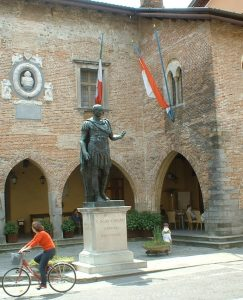 Statua commemorativa al Fondatore della Città Giulio Cesare (Foto del ns socio Giuliano Polles)
