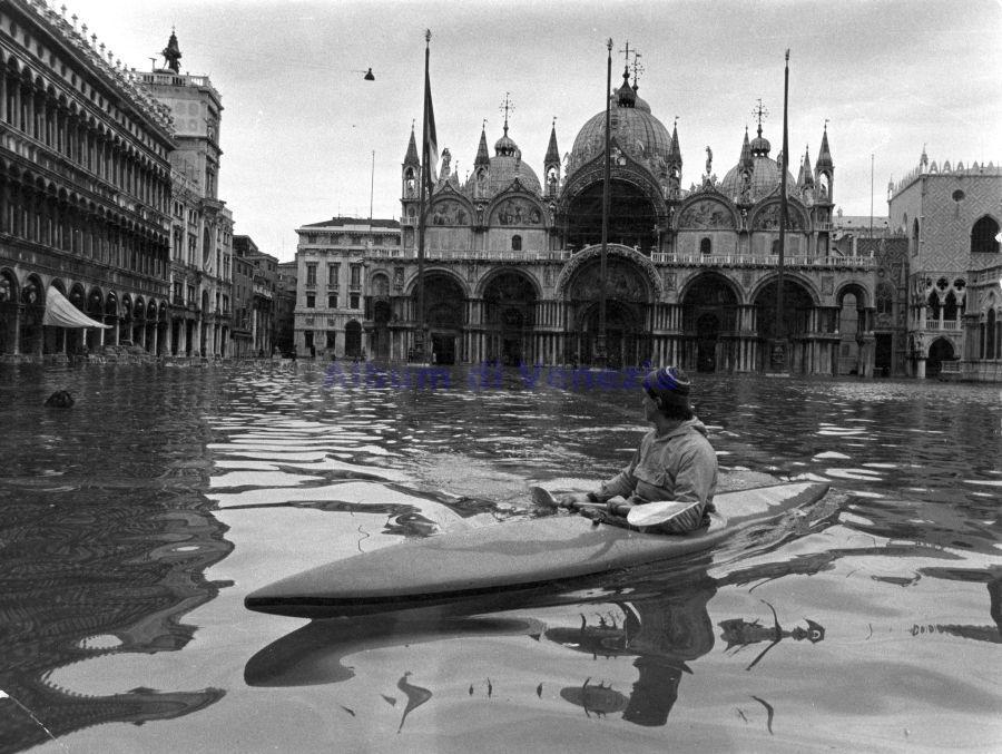 Fig. 2 un kayak in Piazza San Marco durante una acqua alta