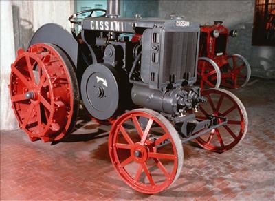 Fig. 2: Nel 1927 Francesco Cassani realizza la prima trattrice agricola al mondo con motore diesel.