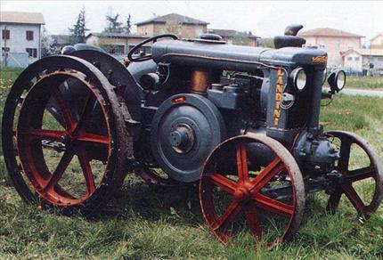 Fig. 3: In Italia, nel 1930, le industrie Landini costruirono il primo trattore con motore a testa calda.